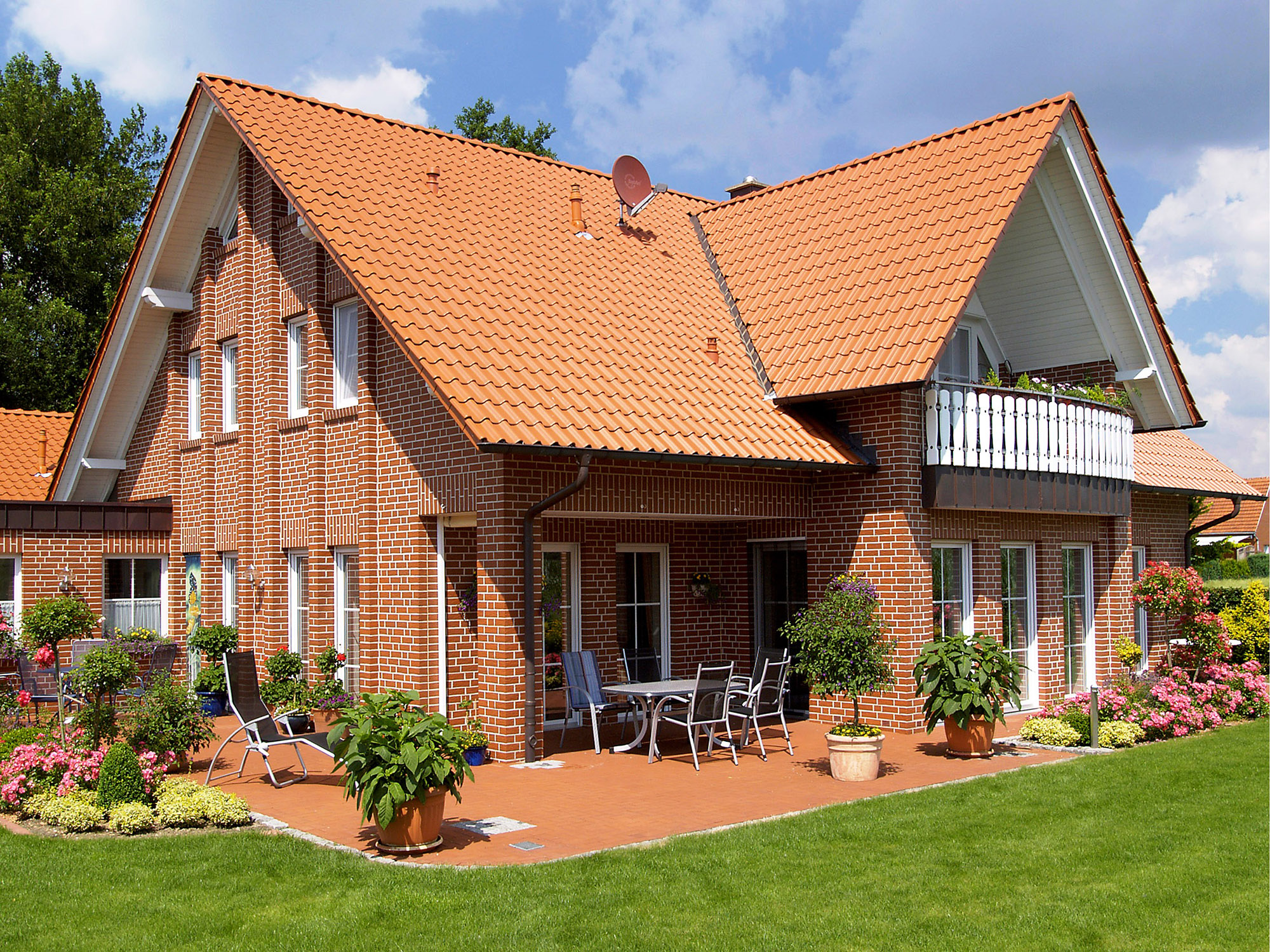 Красивая кирпичная облицовка двухэтажного дома