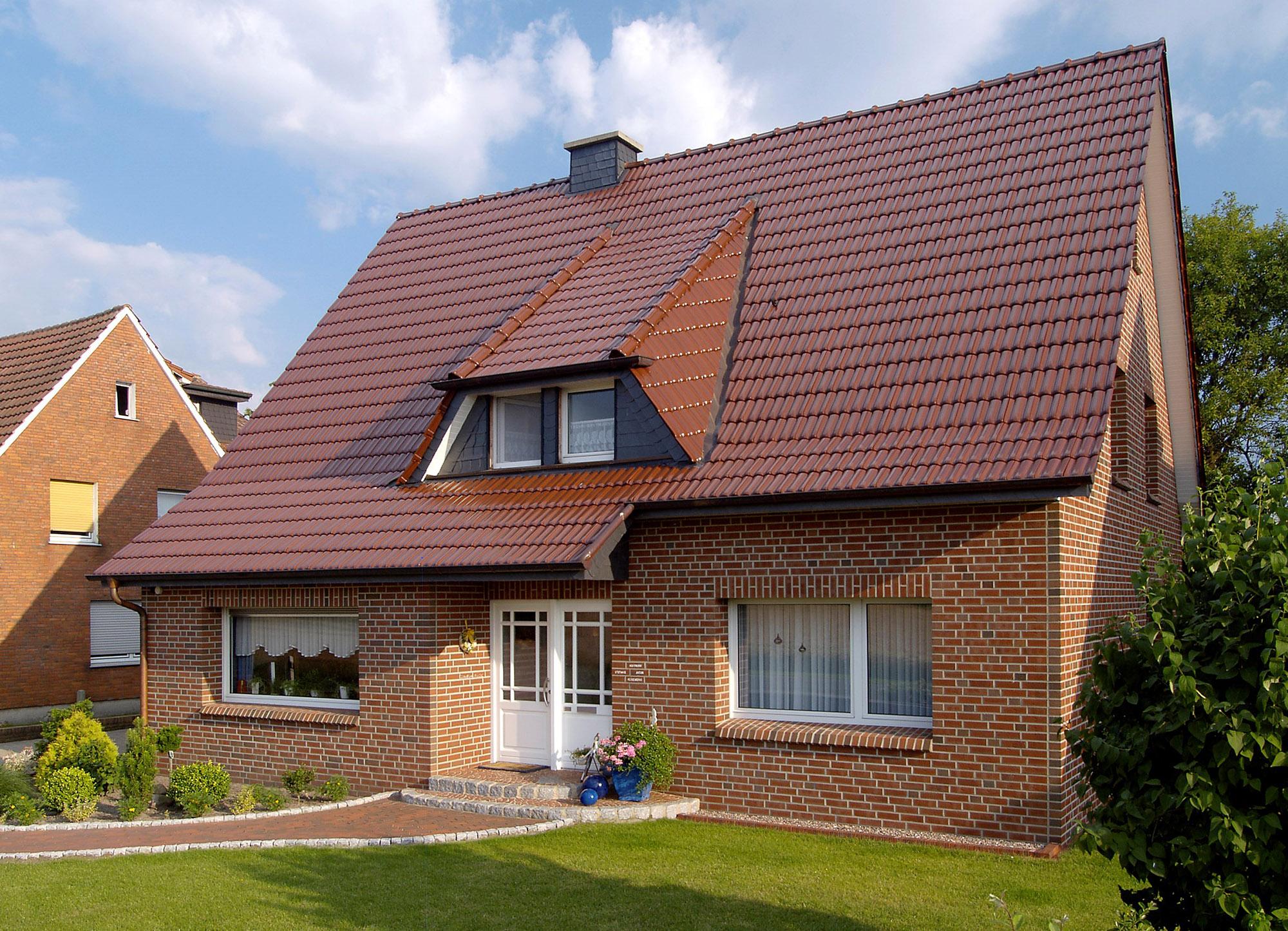 Небольшой дом с фасадом из кирпича