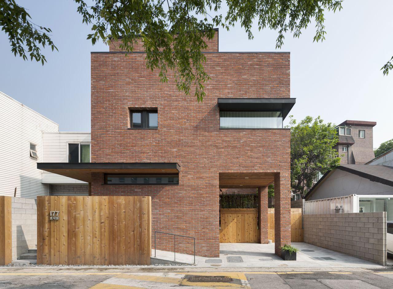 Дом в стиле минимализм с облицовкой из красного кирпича
