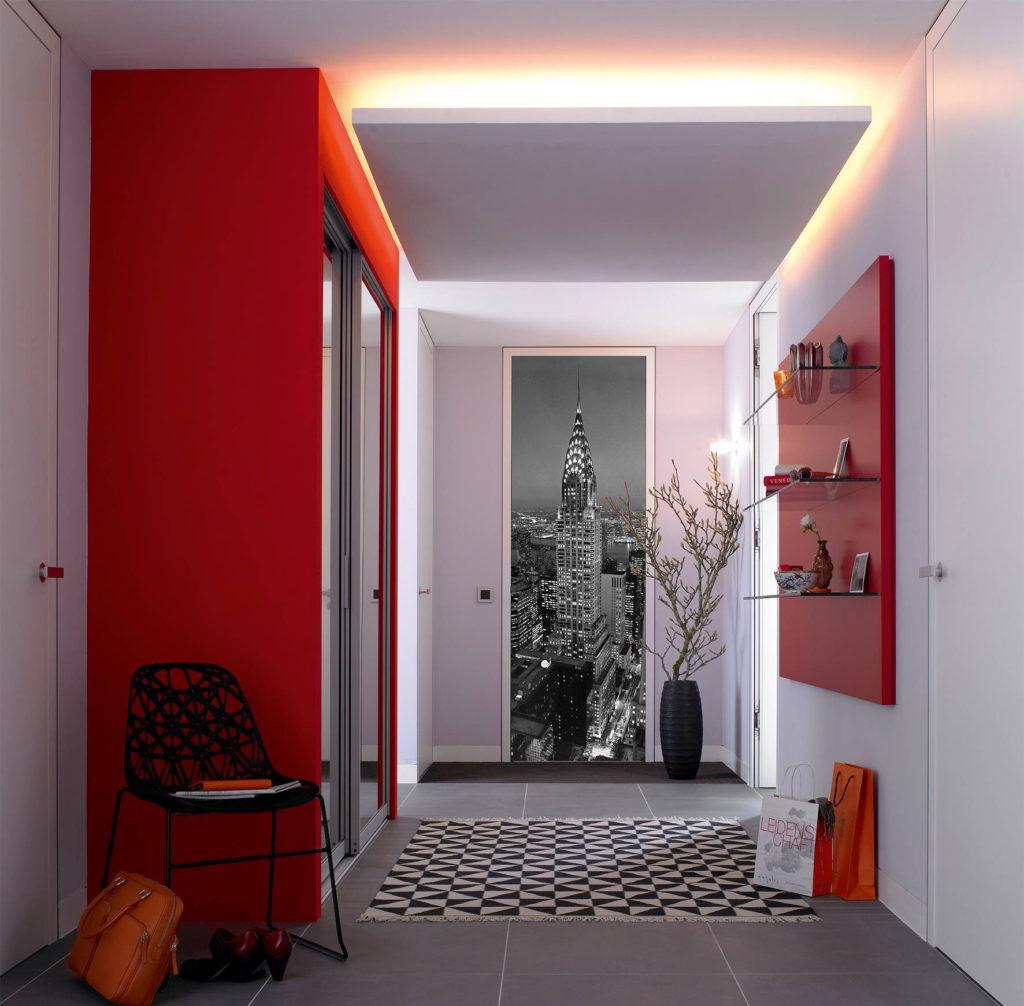 Белые обои и красные элементы в интерьере прихожей
