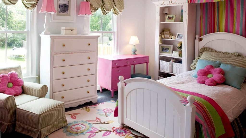 Уютная детская комната для девочки с белыми обоями
