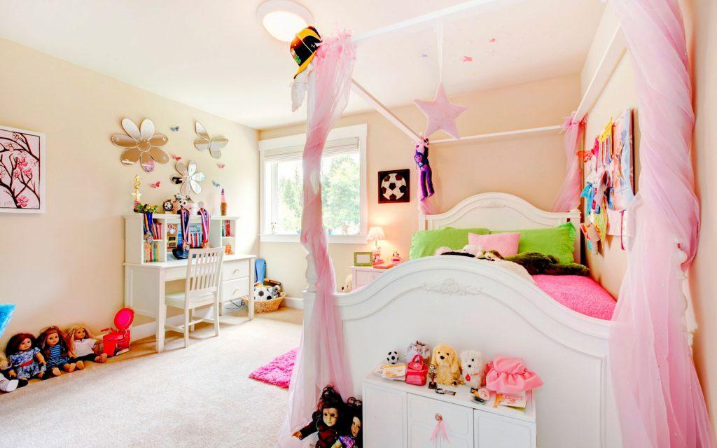 Кремовые обои в большой детской комнате для девочки