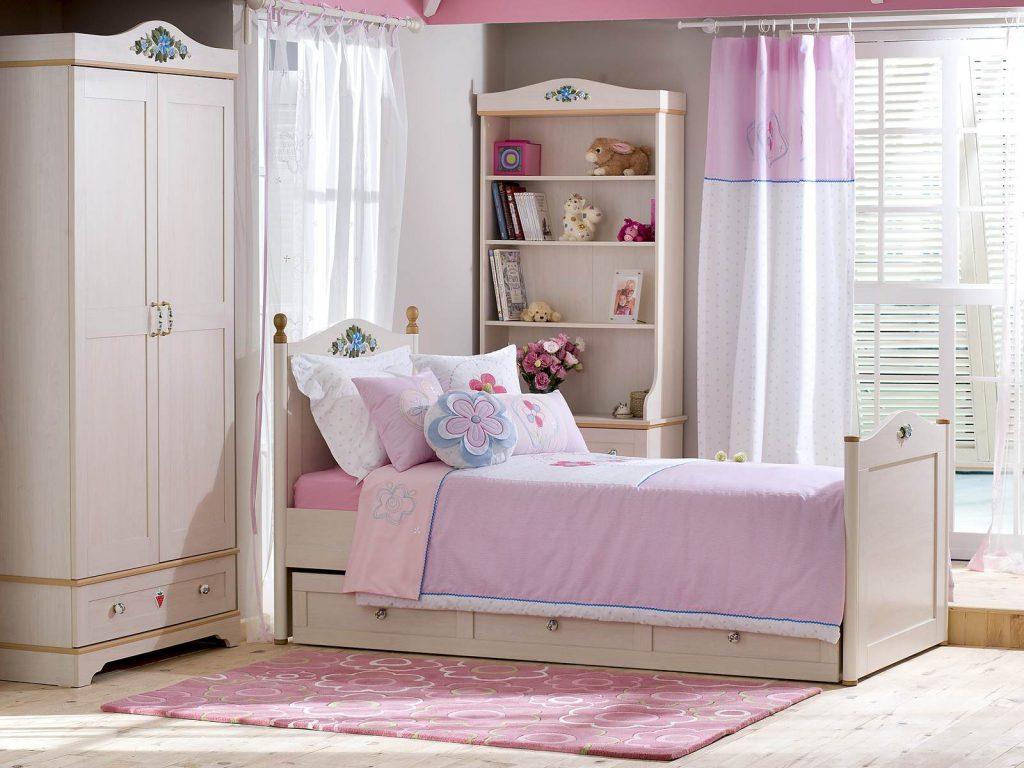 Белые обои в комнате для маленькой девочки
