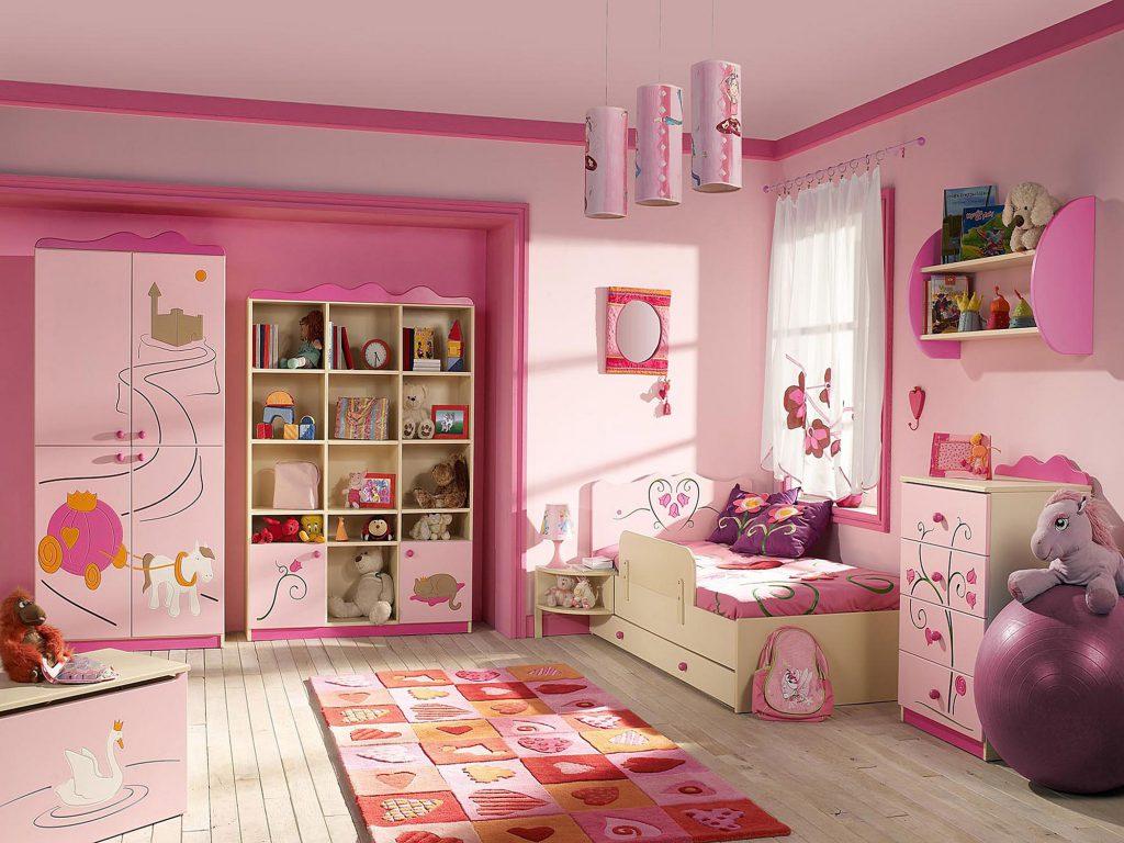 Розовые обои в просторной детской для девочки