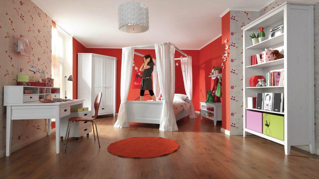 Красные и цветочные обои в комнате для девочки подростка