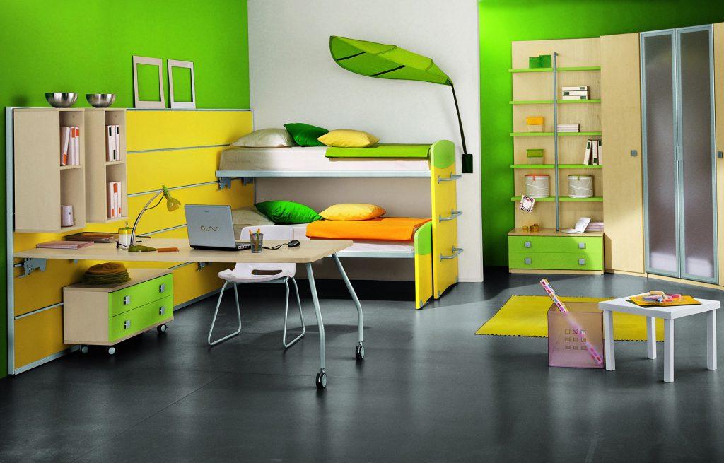 Желтые и зеленые обои в комнате для двух мальчиков
