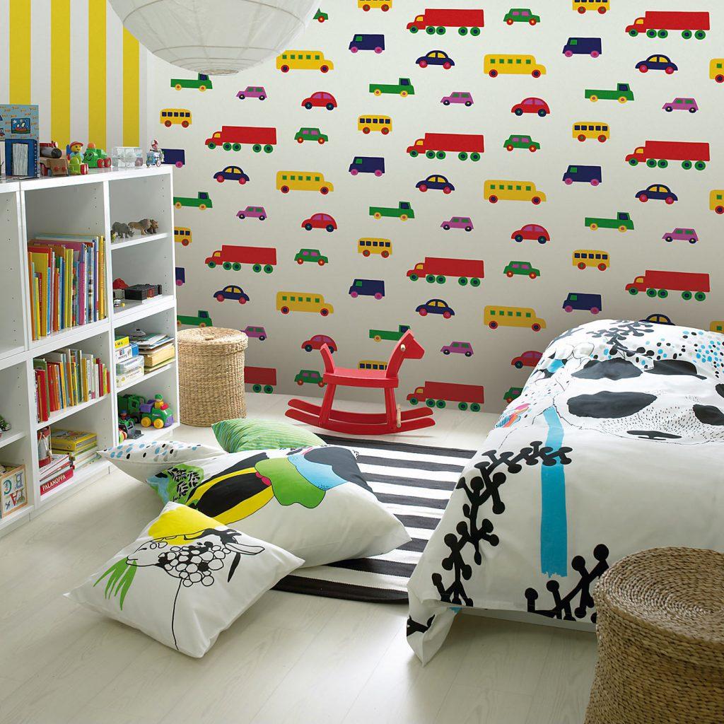 Яркие обои с машинками для детской комнаты мальчика