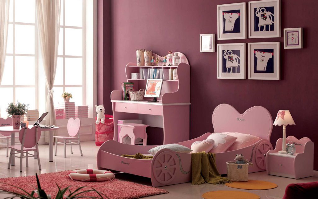 Вишневые обои в комнате для маленькой девочки
