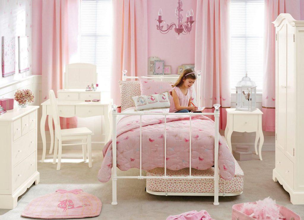 Розовые обои в просторной детской