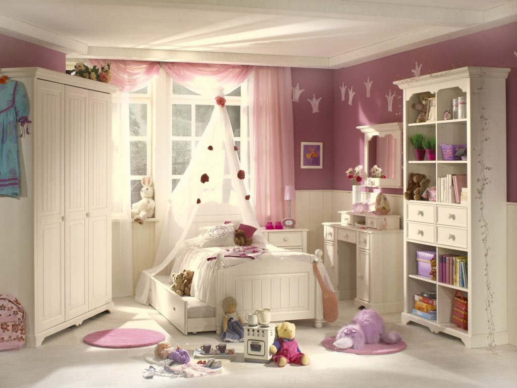 Сиреневые обои и белые панели в детской комнате для девочки