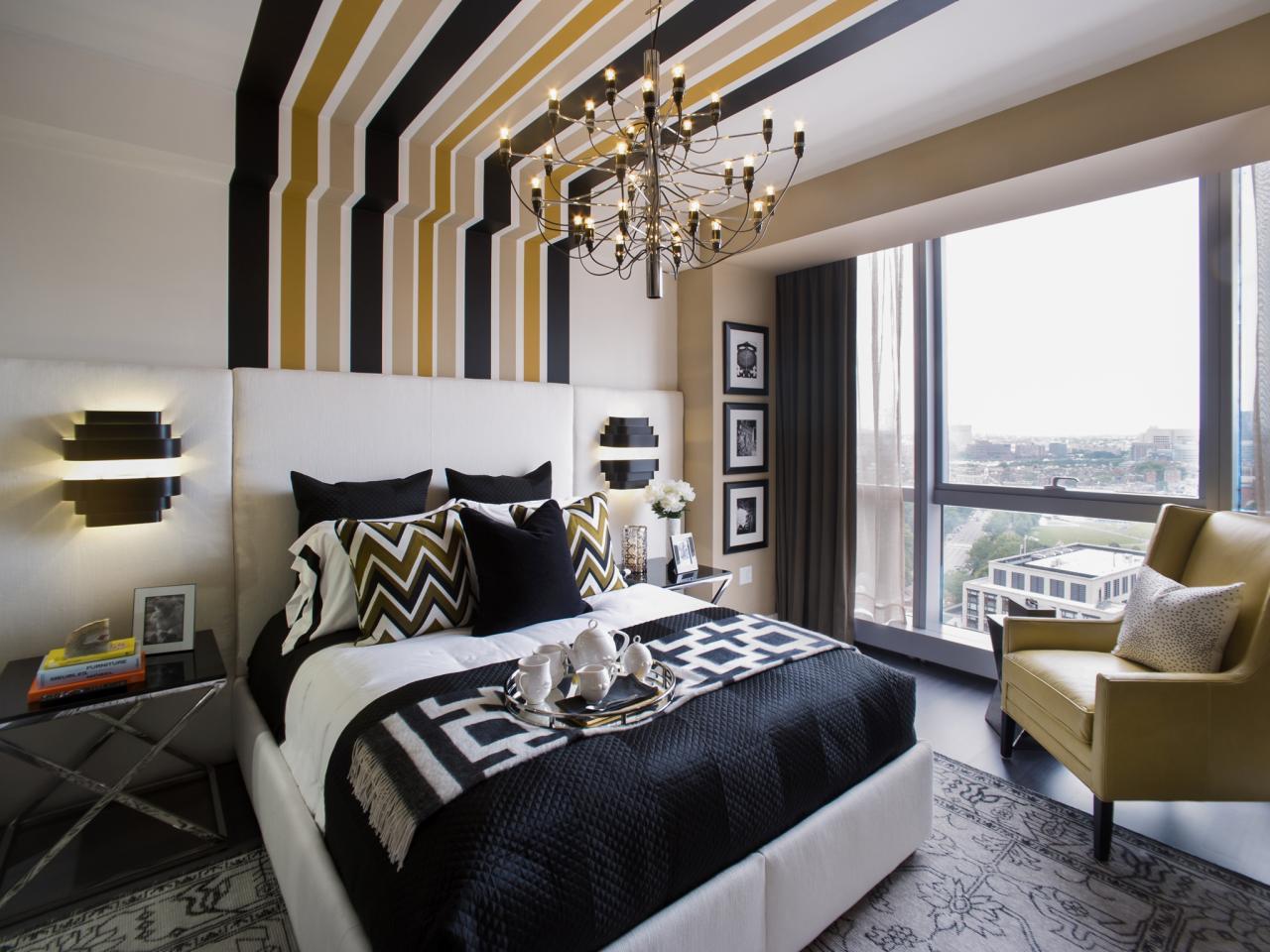Полосатый акцент на стене и потолке в спальне