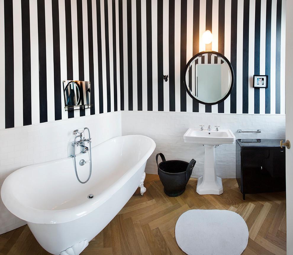 Комбинирование однотонной белой поверхности и черно-белых полосатых обоев в ванной