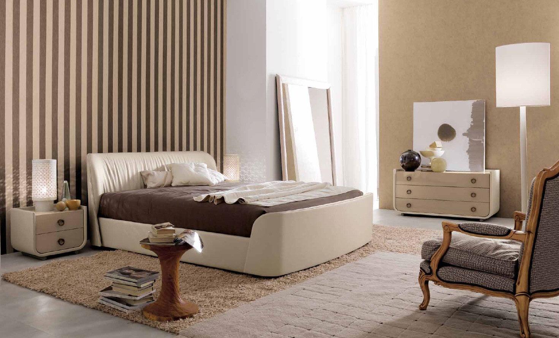 Бежево-коричневые полосатые обои в спальне