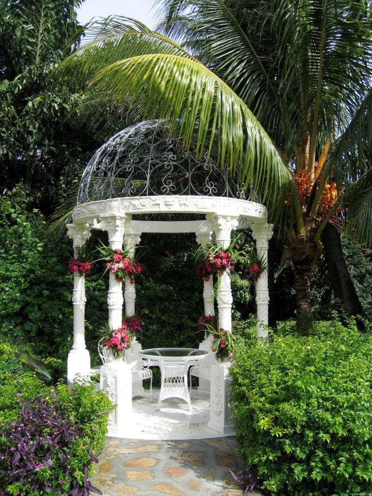 Летняя беседка, украшенная цветами
