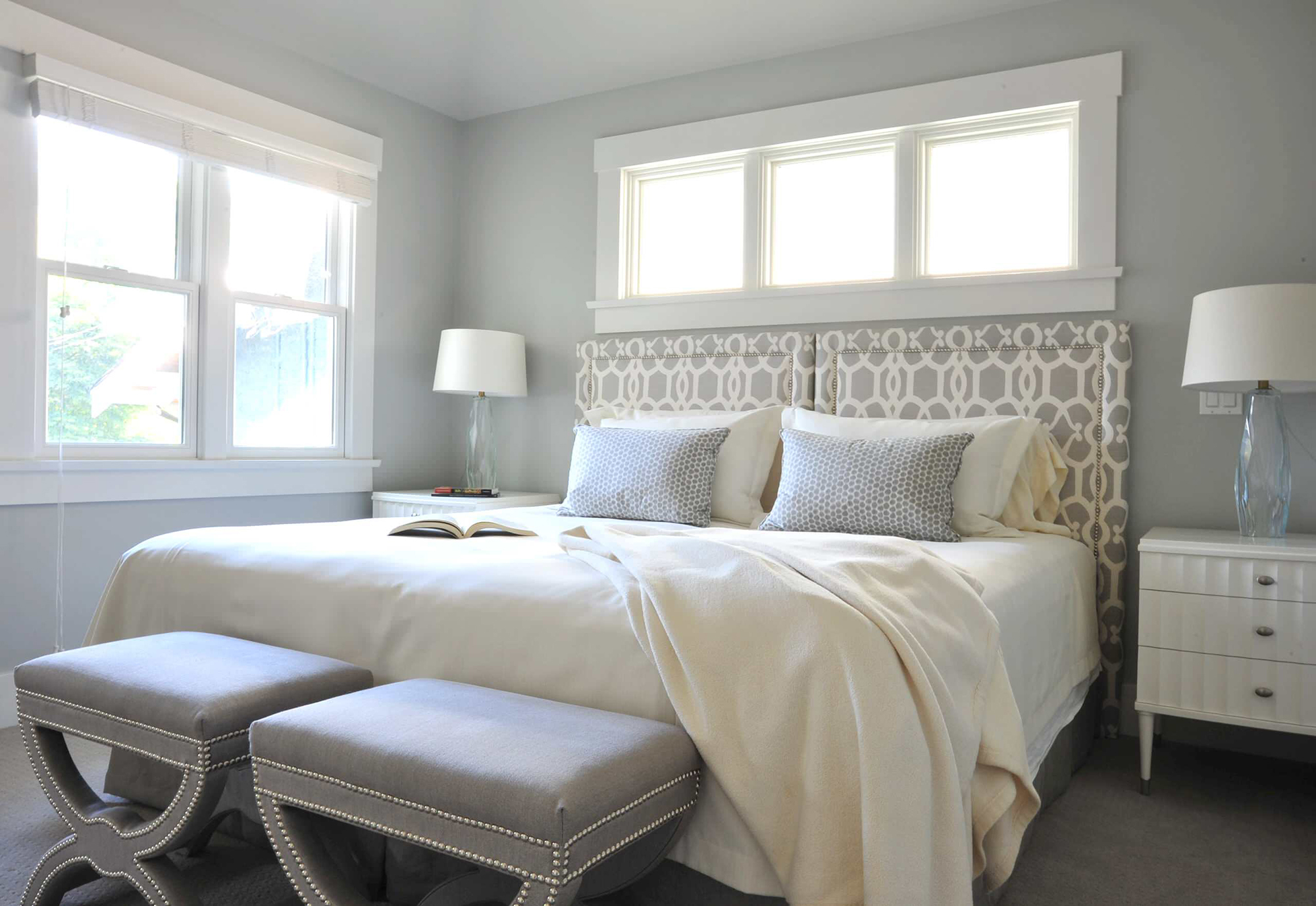 Красивое бело-серое изголовье для кровати с узором