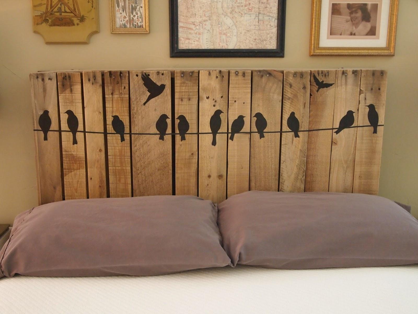 Деревянное изголовье кровати с птичками