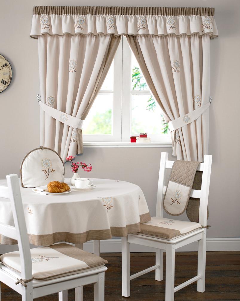 Украшение окна кремовыми шторами с ламбрекеном на кухне