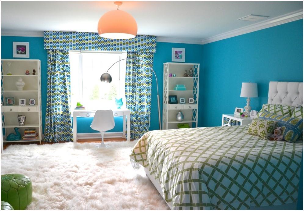 Разноцветные шторы с ламбрекенами в спальне