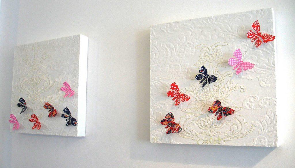 Полотна со штукатуркой и бабочками для оформления стен прихожей