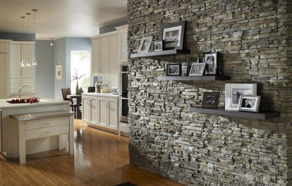 Отделка стен прихожей натуральным камнем