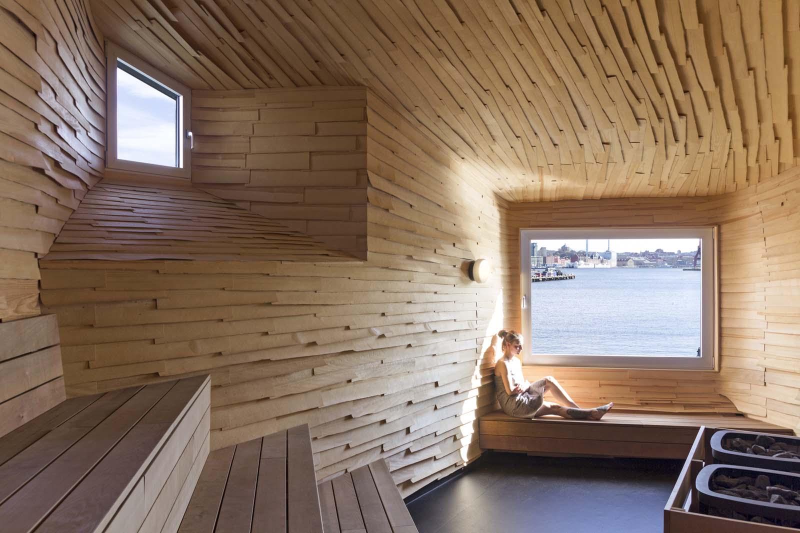 Интерьер бани с окном
