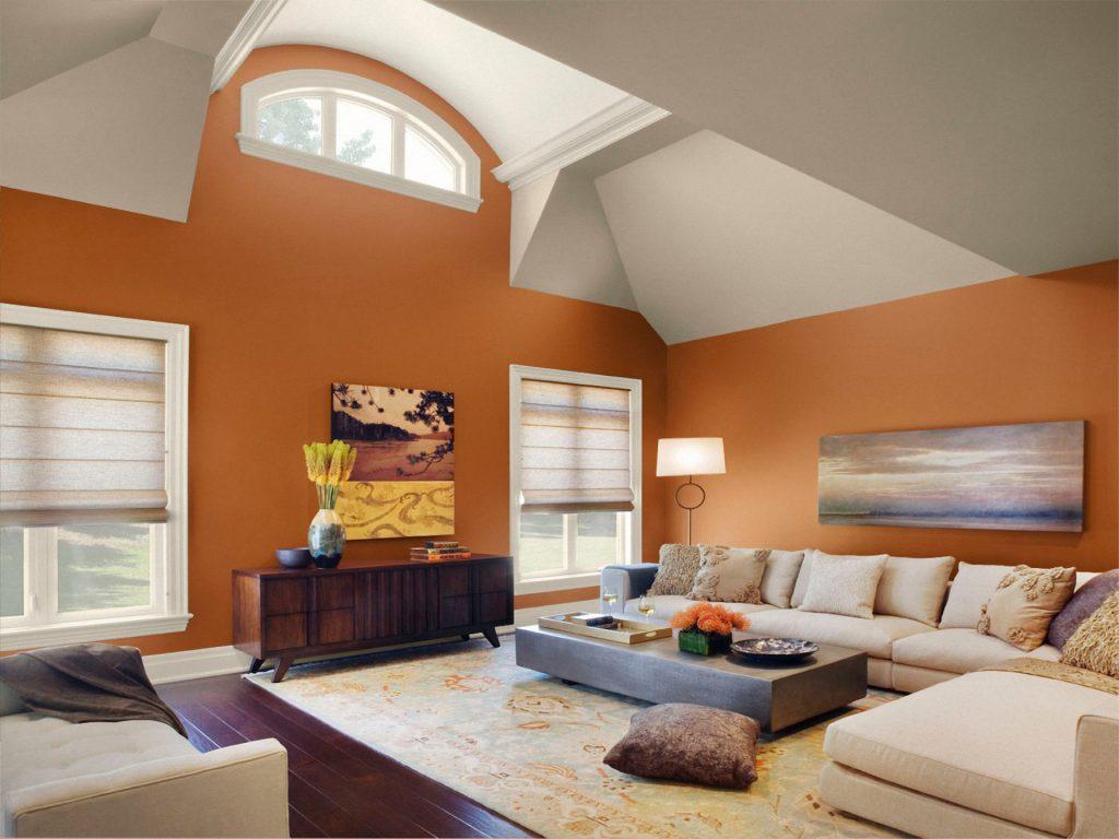 Оранжевый, коричневый и кремовый цвета в просторной гостиной