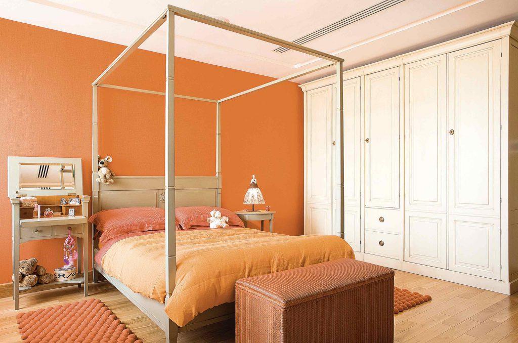 Спальня с сочетанием оранжевого, коричневого и белого цветов