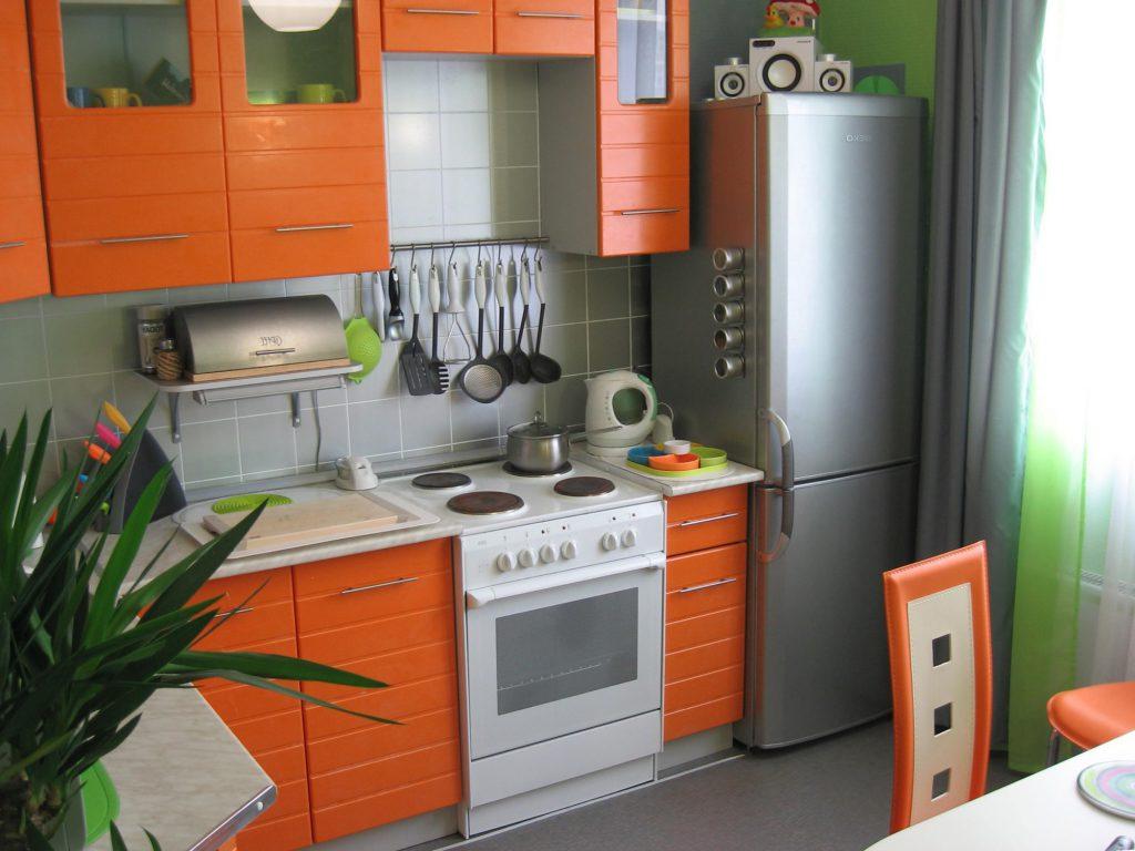 Небольшая кухня с зелено-оранжевыми акцентами