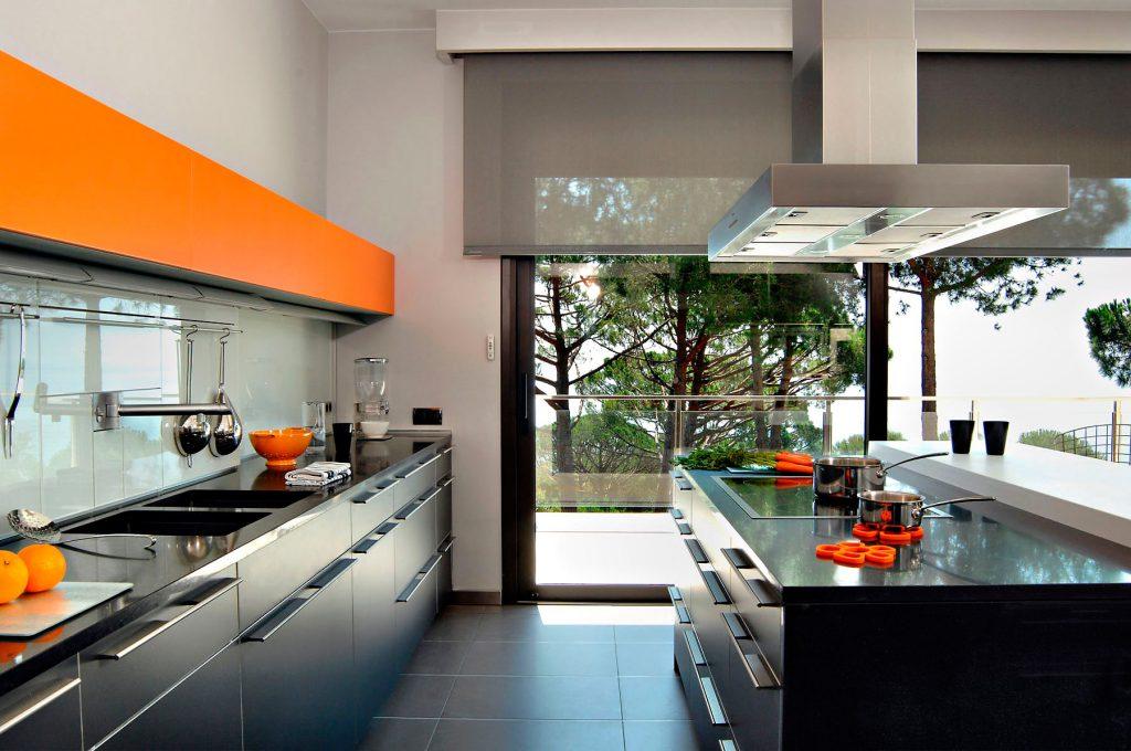 Черно-оранжевая кухня в стиле хай-тек