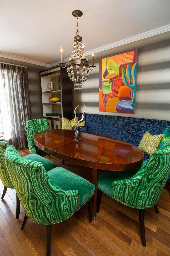 Зеленые стулья и оранжевые акценты в гостиной