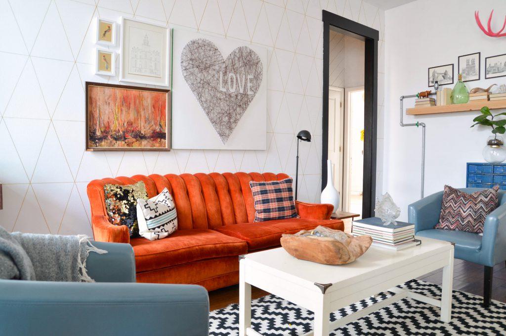 Оранжевая и голубая мебель в светлой гостиной