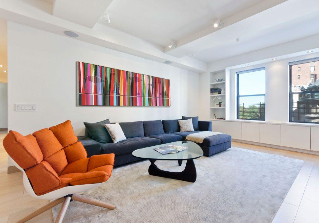 Оранжевая и синяя мебель в гостиной