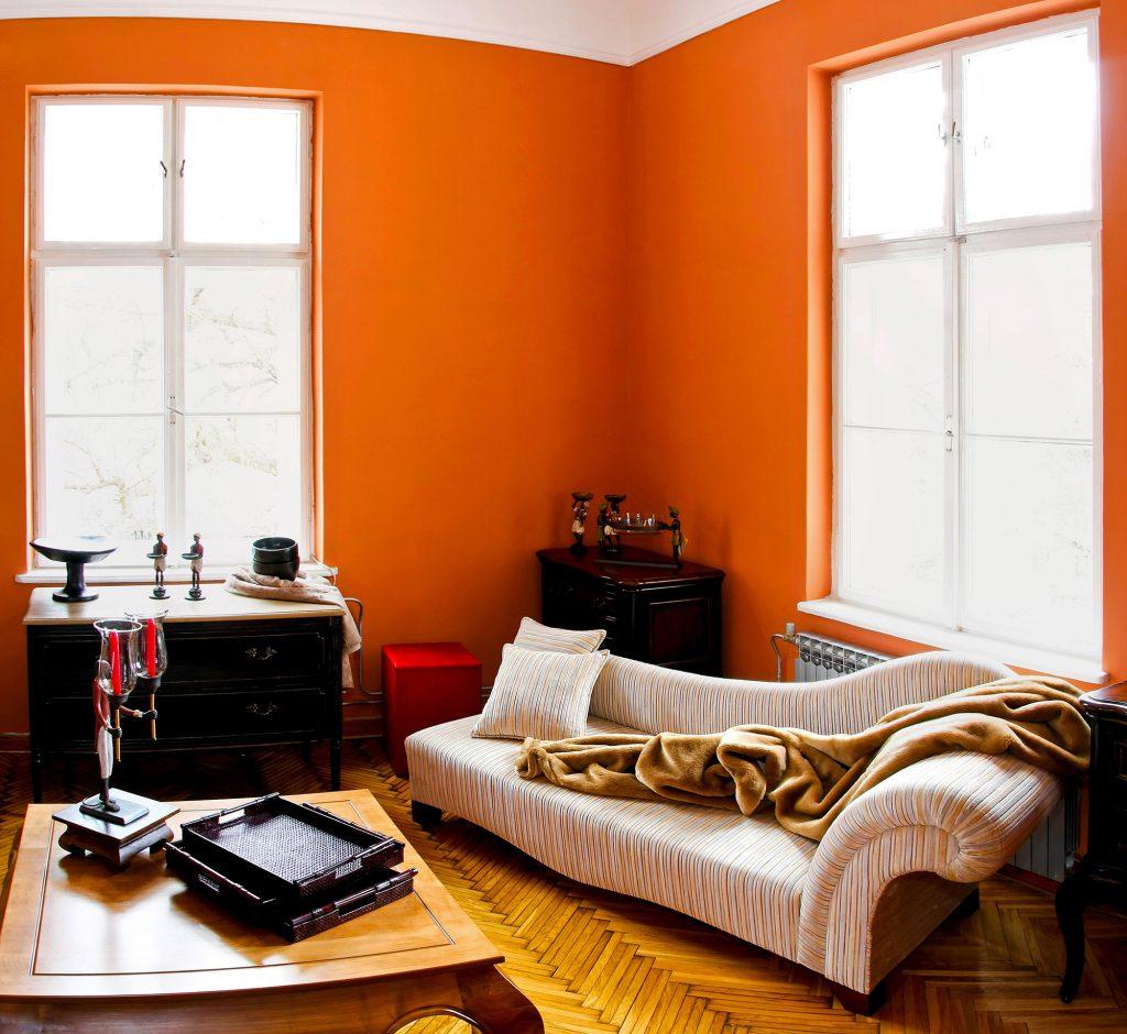 Оранжевый, кремовый и черный цвета в гостиной