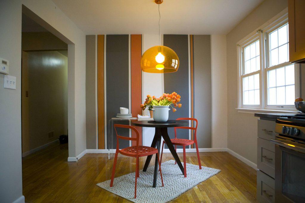 Оранжево-черная стена в кухне