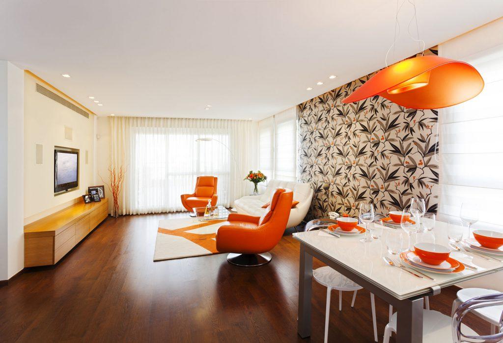 Гостиная-столовая с оранжевыми и коричневыми акцентами в интерьере