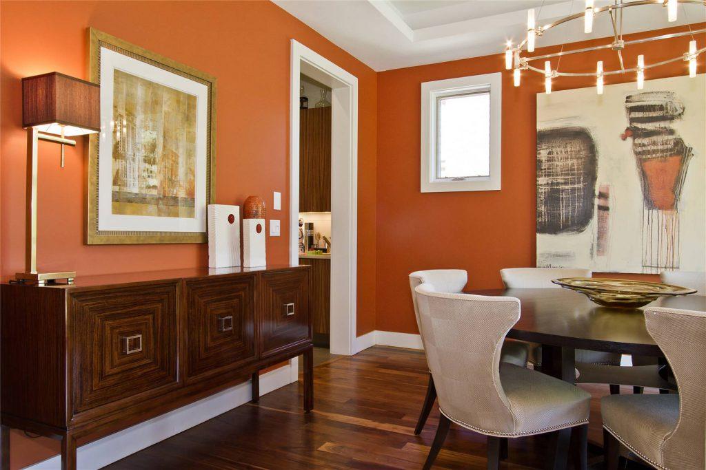 Сочетание оранжевого, коричневого и белого цветов в гостиной