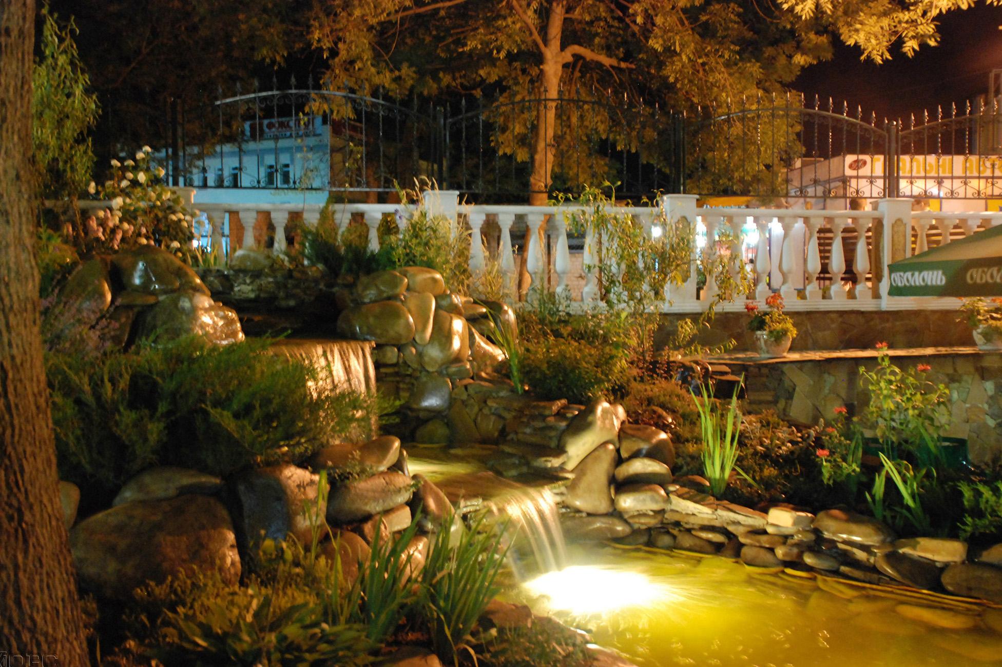 Освещение декоративного фонтана в саду