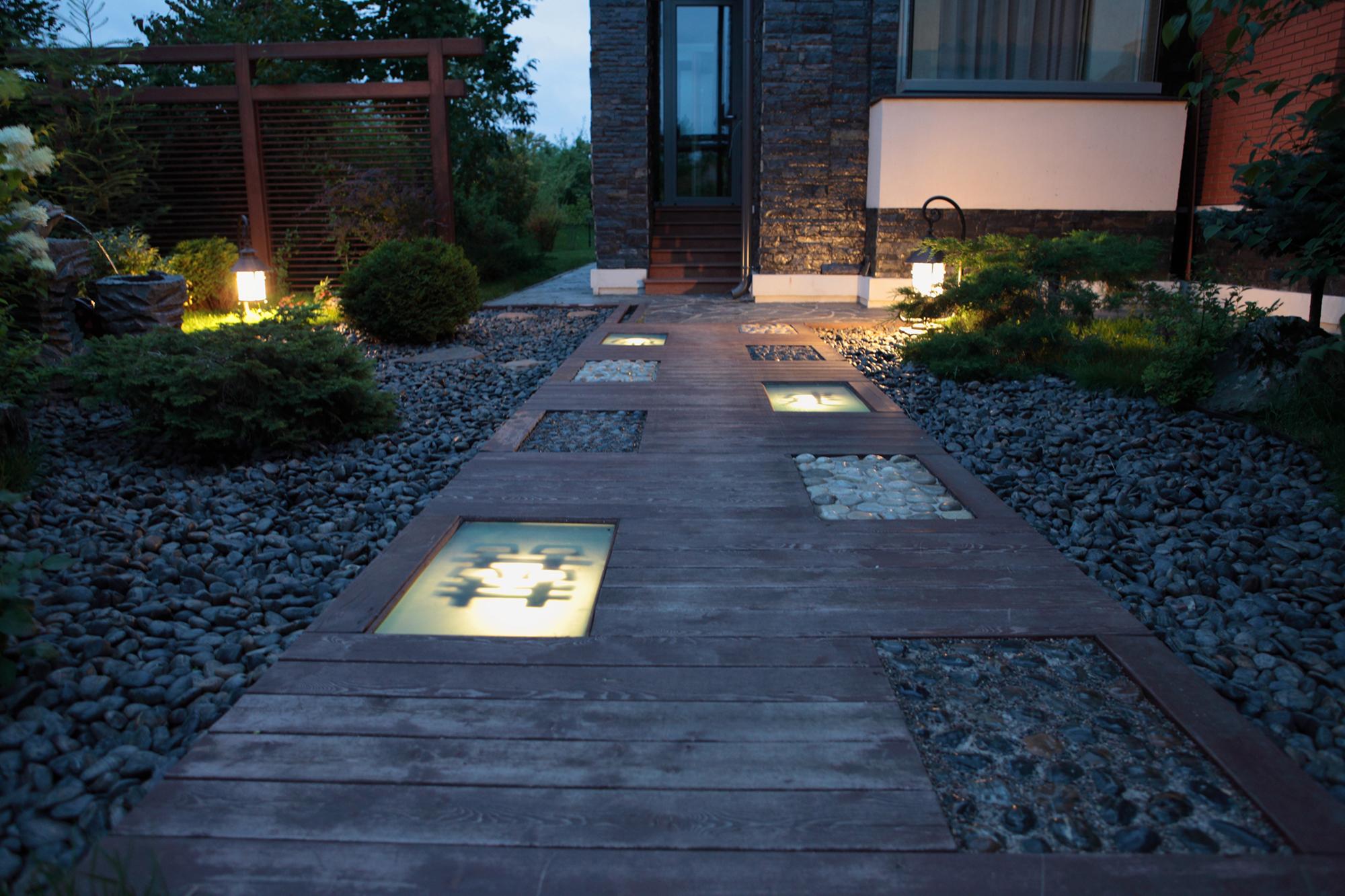 Встроенный свет и фонари у дорожки
