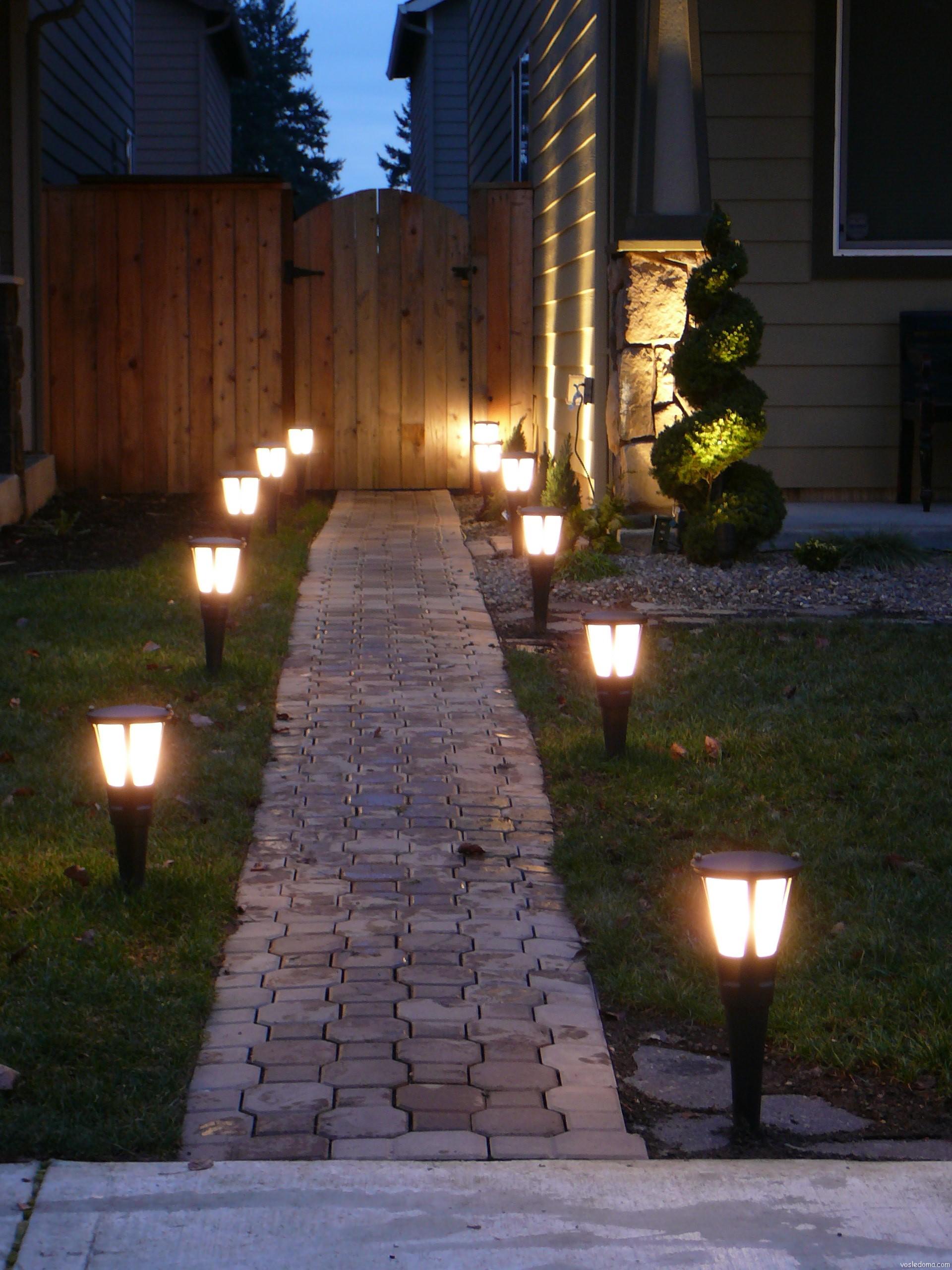 Невысокие фонари для освещения дорожки