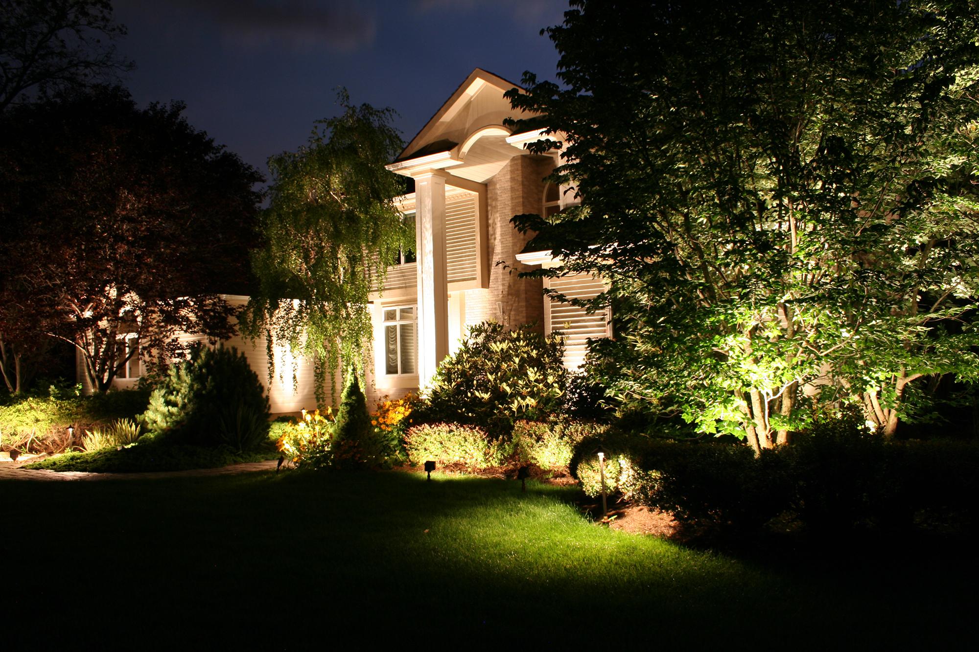 Грамотное освещение растений и дома на участке