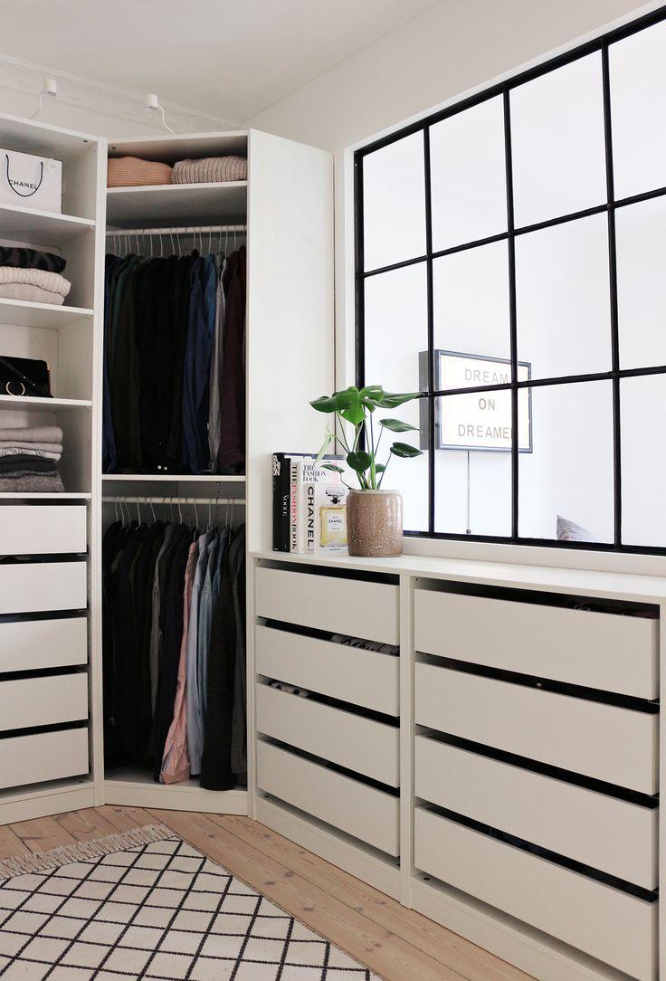 Угловой шкаф в интерьере спальни открытый