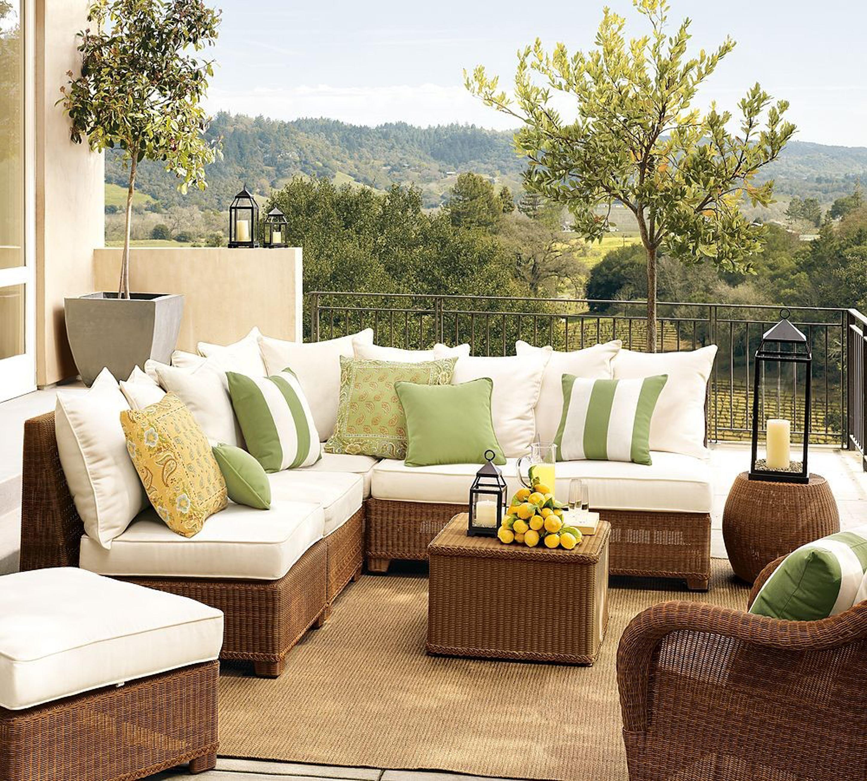 Удобные декоративные подушки на диване на террасе