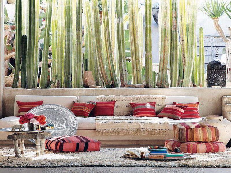 Красные подушки для декора бежевого дивана