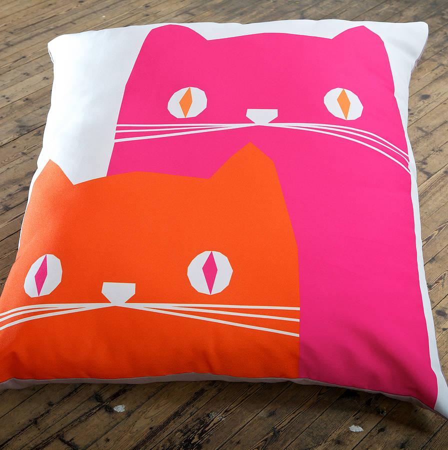 Милая подушка с изображением котиков