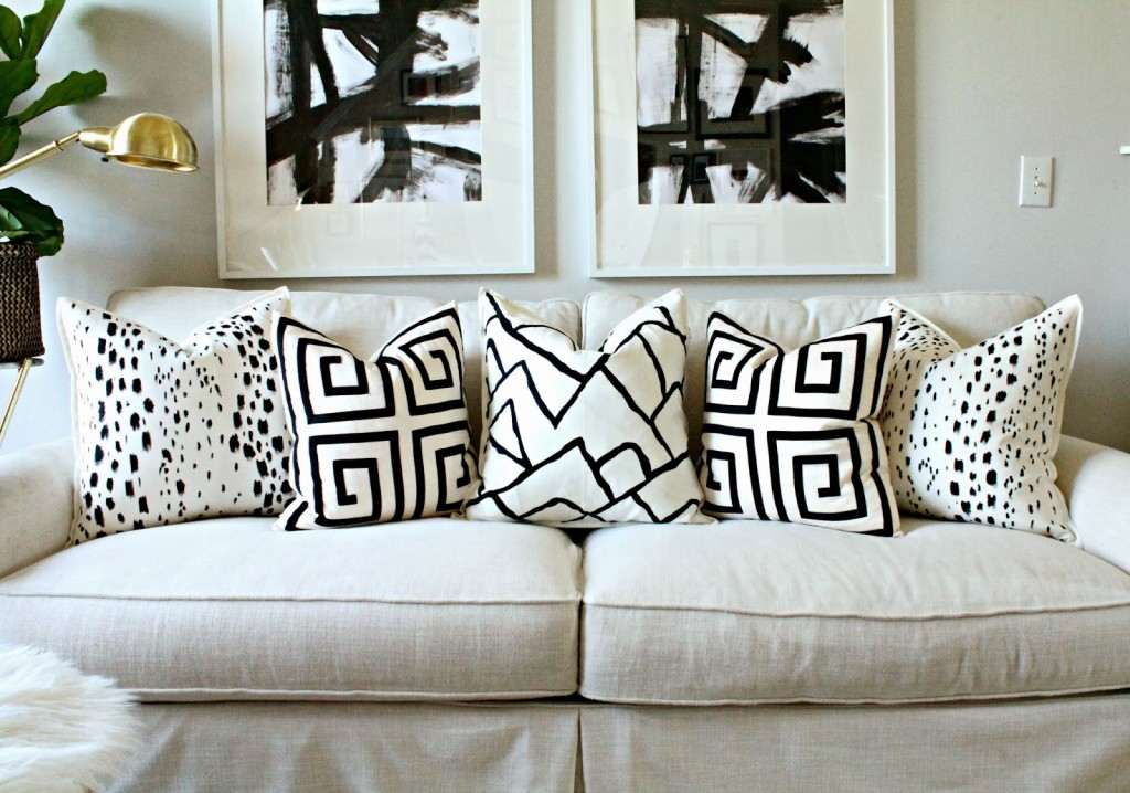 Белые декоративные подушки с черным узором