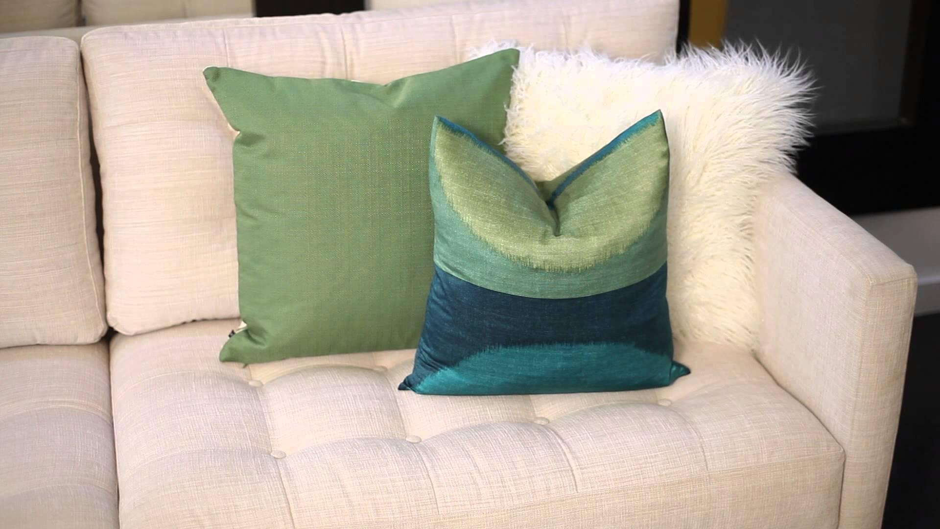 Зеленые подушки на светлом диване