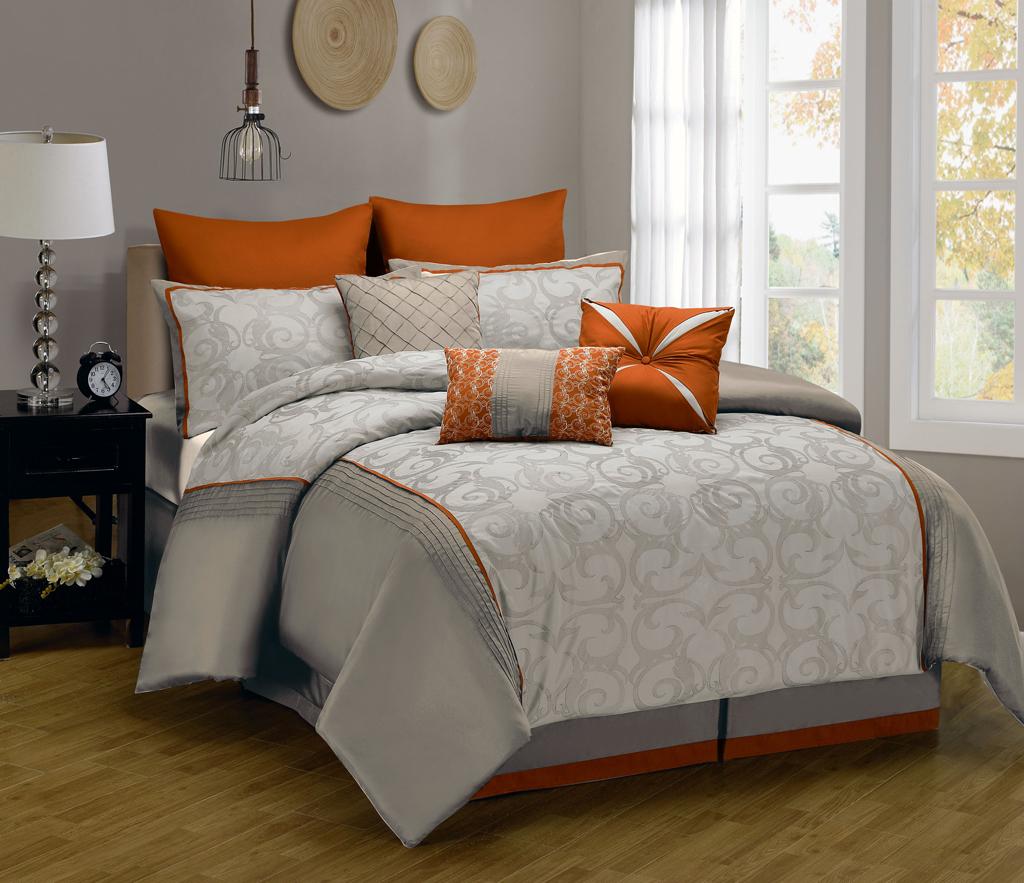 Подушки как яркий акцент в декоре кровати