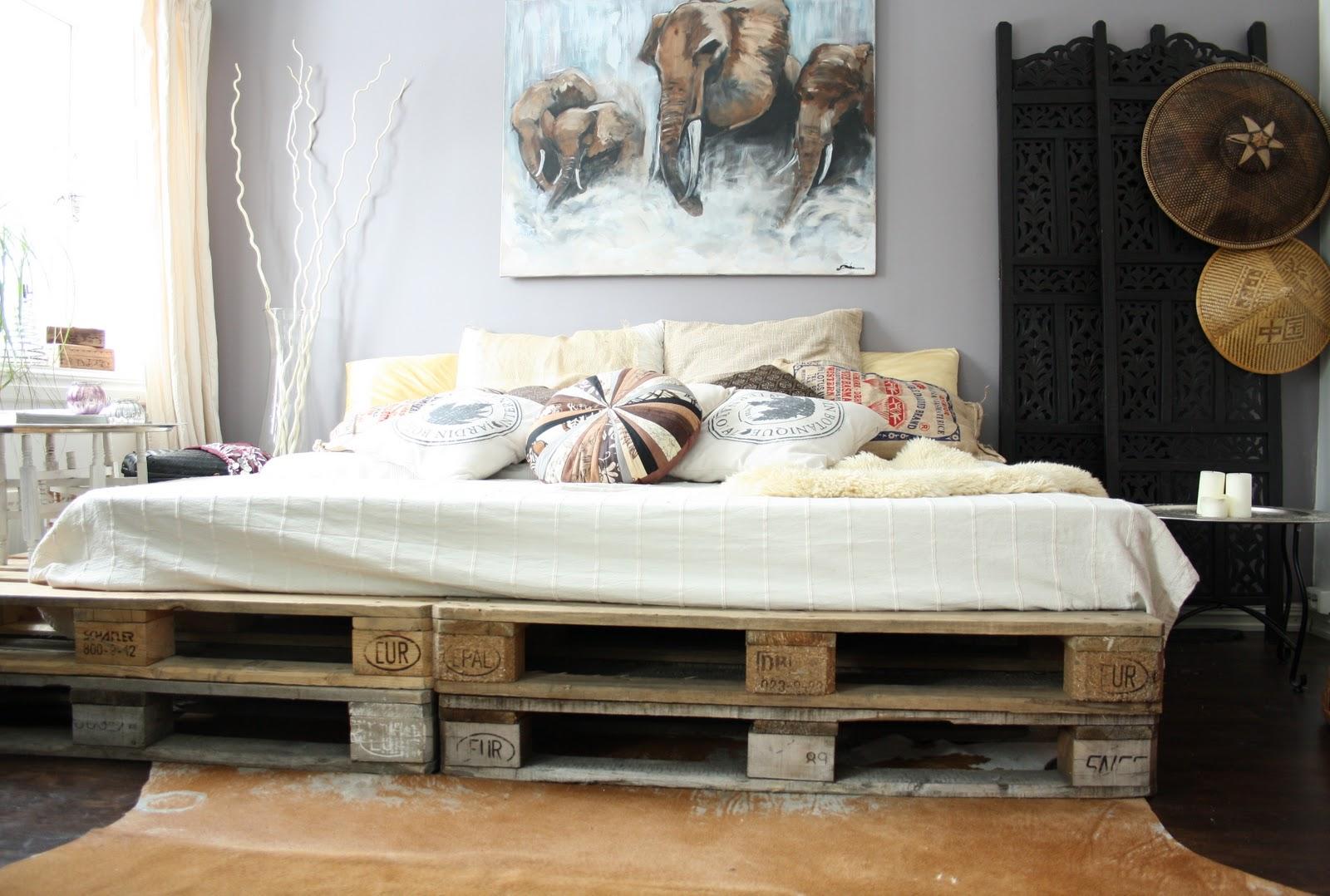 Необычная спальня с декоративными подушками