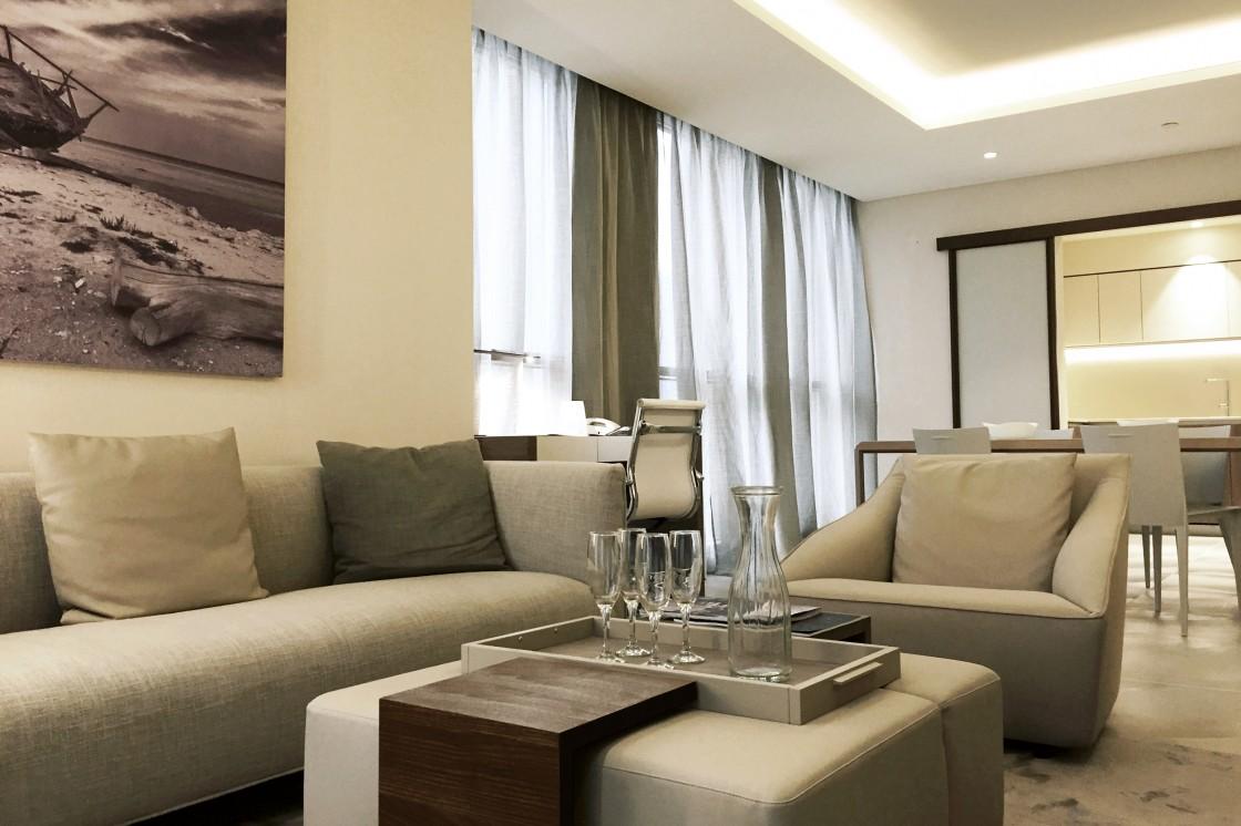 Интерьер в пастельных тонах с подушками на диване