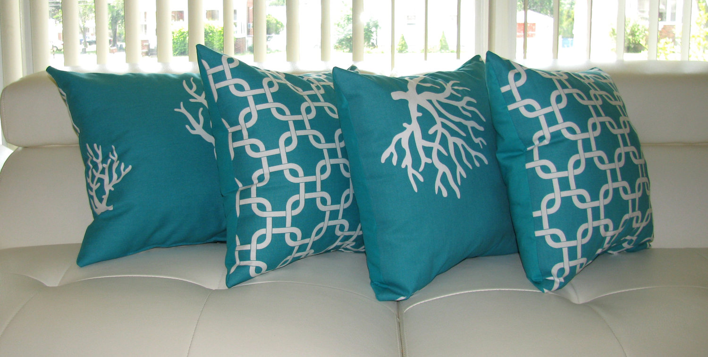 Бирюзовые подушки в светлом интерьере